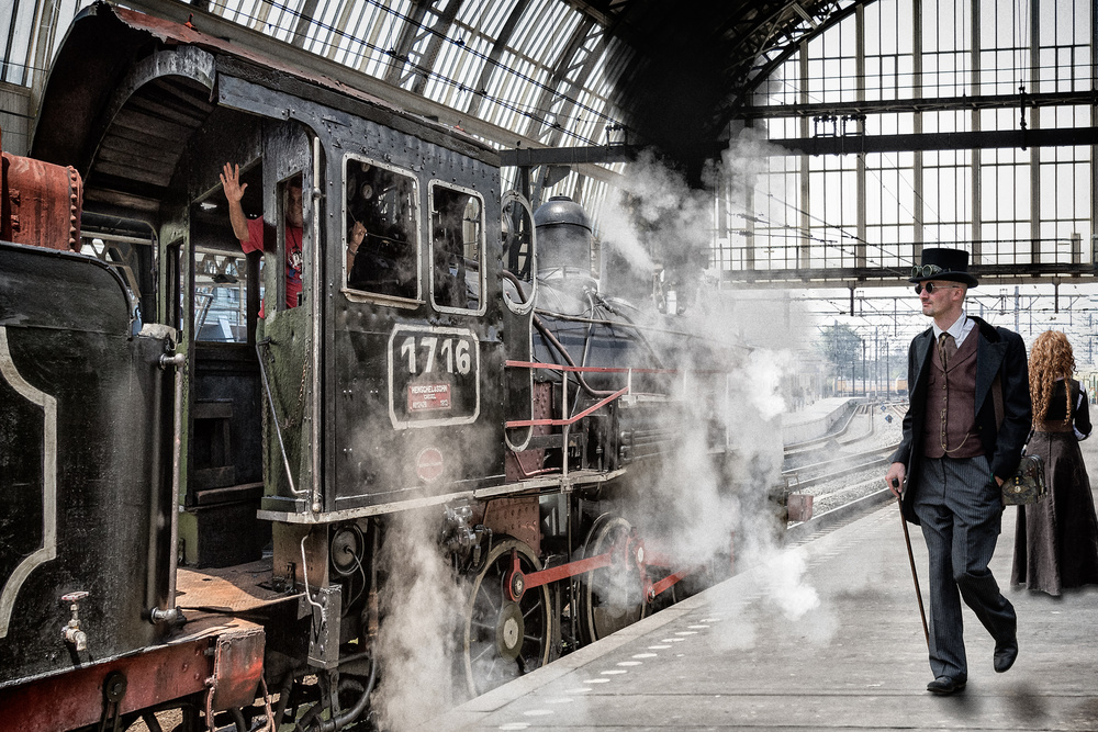 A piece of fine art art photography titled Central Station Hustle by Tom Baetsen - xlix.nl