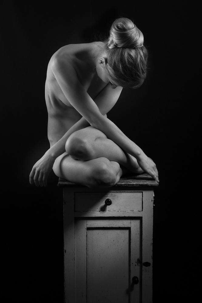 A piece of fine art art photography titled Sitzende by Frank Gustrau