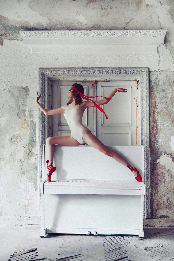 A piece of fine art art photography titled The Blind Dance by Ruslan Bolgov (Axe)