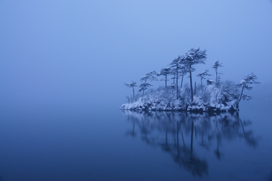 A piece of fine art art photography titled Snowy Morning by Ikuo Iga