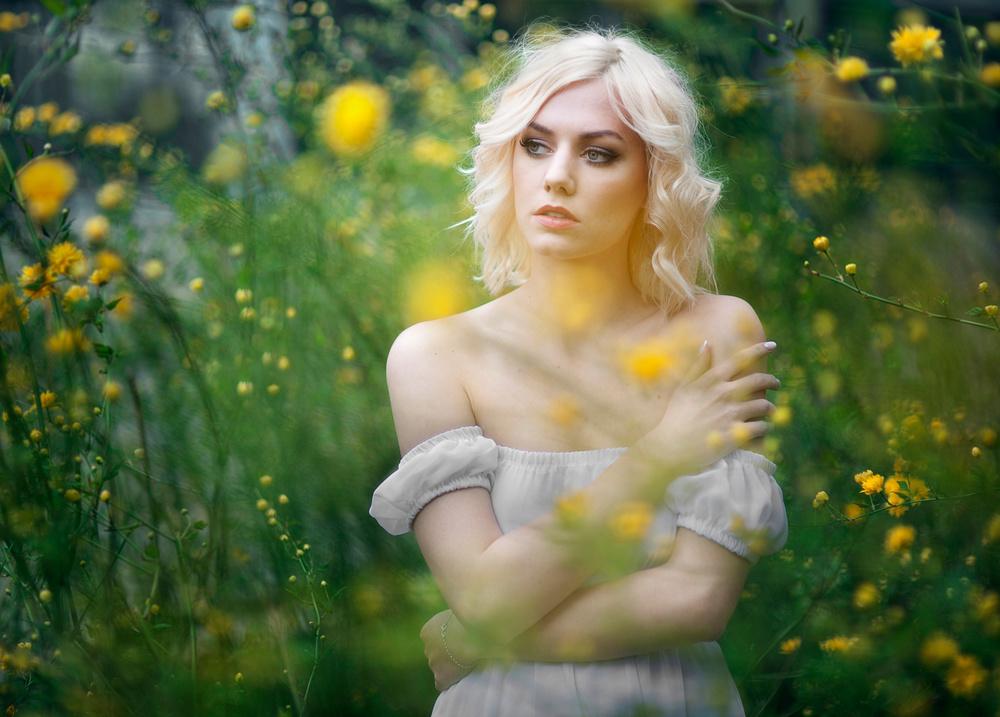 W deszczu maleńkich żółtych kwiatków