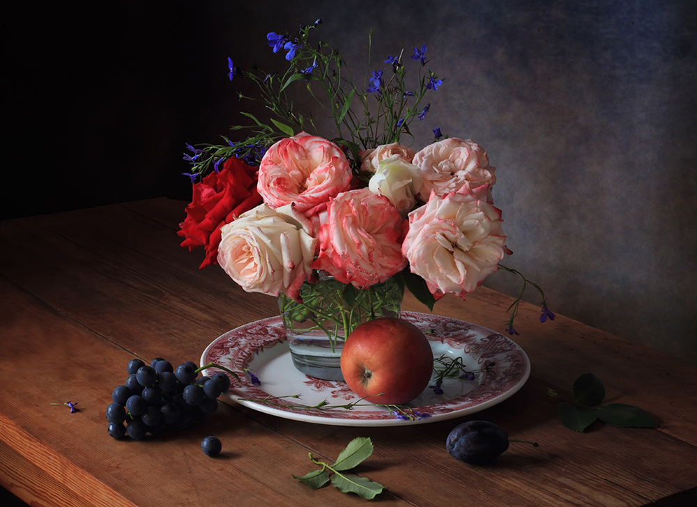 Still life with roses and grapes
