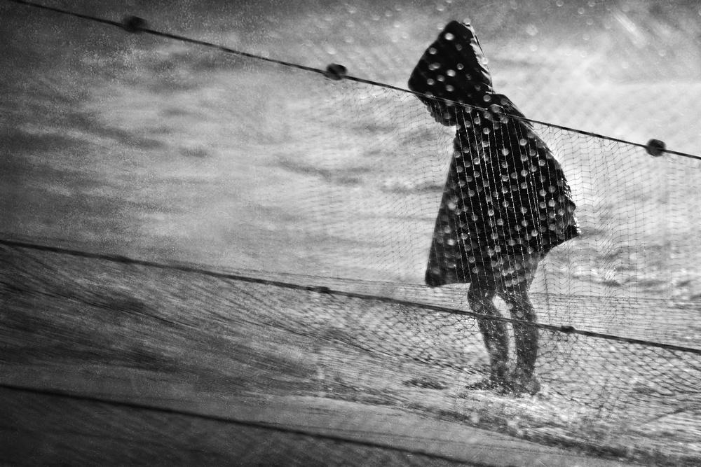 Rainy child at the sea